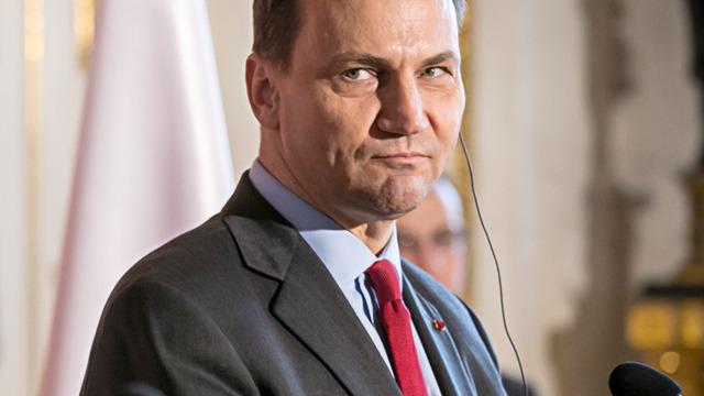 Sikorski: Polska nie czuje się jeszcze militarnie zagrożona