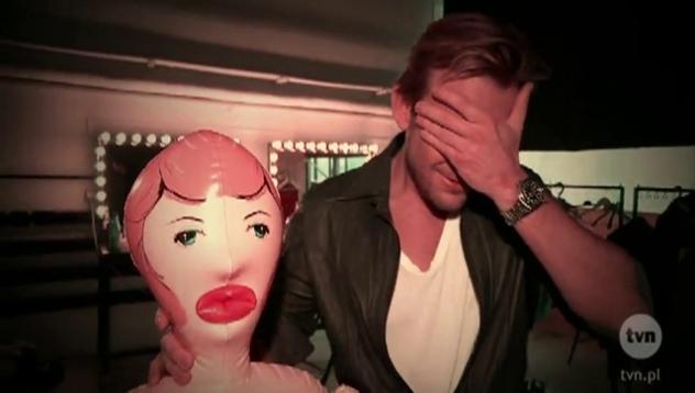 Co Tyszka i Woliński robią z dmuchaną lalą