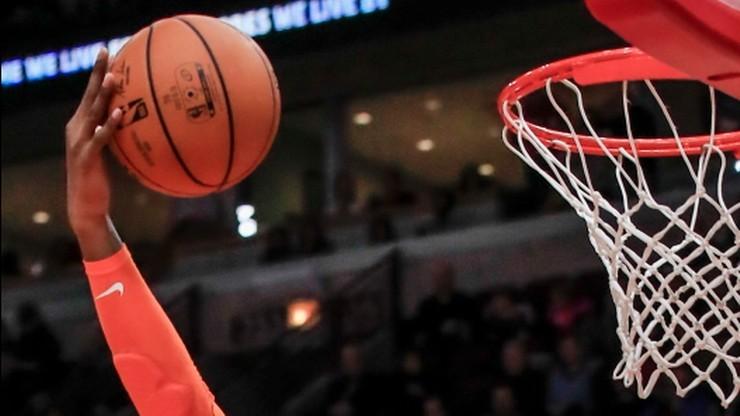 Koszykarz zakażony koronawirusem widziany podczas gry w tenisa