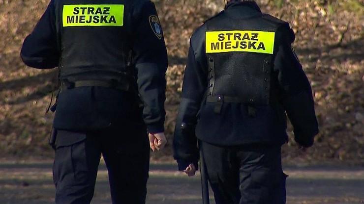 Strażnicy miejscy zatrzymani za zrywanie plakatów. Urzędnicy tłumaczą