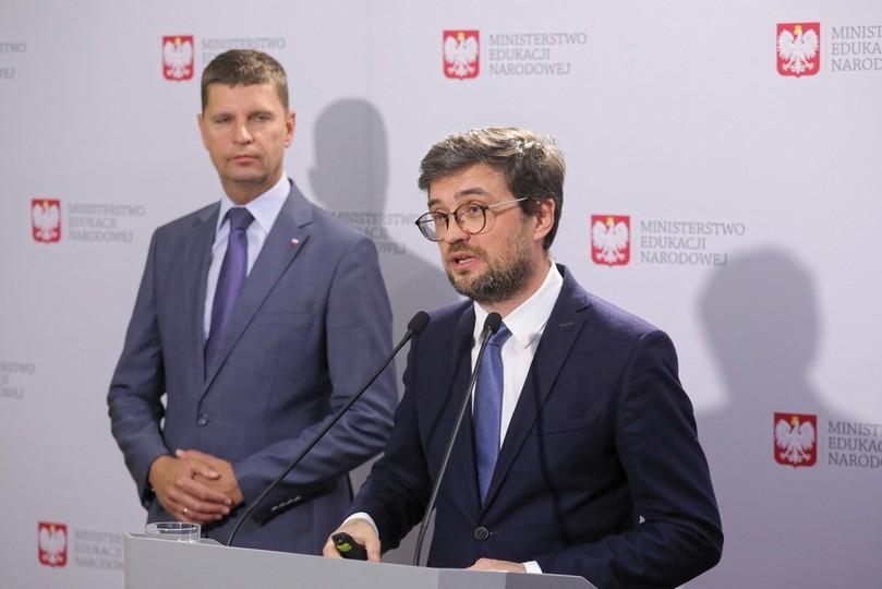 Minister edukacji narodowej Dariusz Piontkowski (L) oraz dyrektor Centralnej Komisji Egzaminacyjnej Marcin Smolik (P)