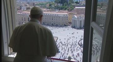 """Pierwsza taka modlitwa papieża od miesięcy. """"Leczyć ludzi, bo są ważniejsi od gospodarki"""""""