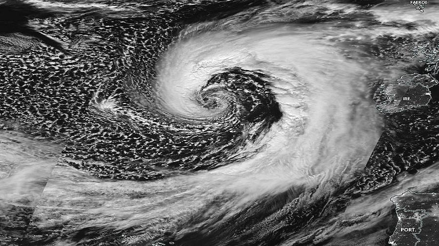 Zdjęcie satelitarne cyklonu Brendan nad Atlantykiem. Fot. NASA.