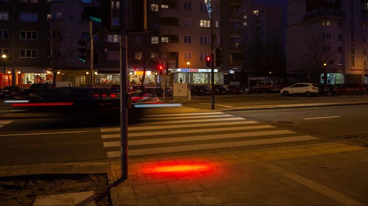 Ze smartfonem bez ryzyka. Pierwsze takie przejścia dla pieszych w Warszawie