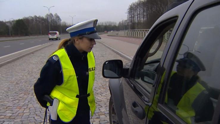 Mandat za nietrzymanie rąk na kierownicy? Policjant wyjaśnia przepisy