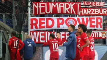 Obraźliwe transparenty, przerwany mecz i protest piłkarzy. Kuriozalna sytuacja w Bundeslidze