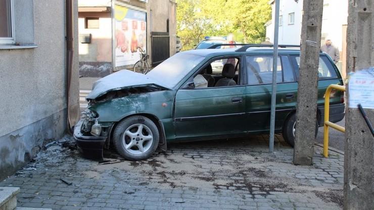 Pijana matka spowodowała wypadek. Po wszystkim odprowadziła dzieci do szkoły