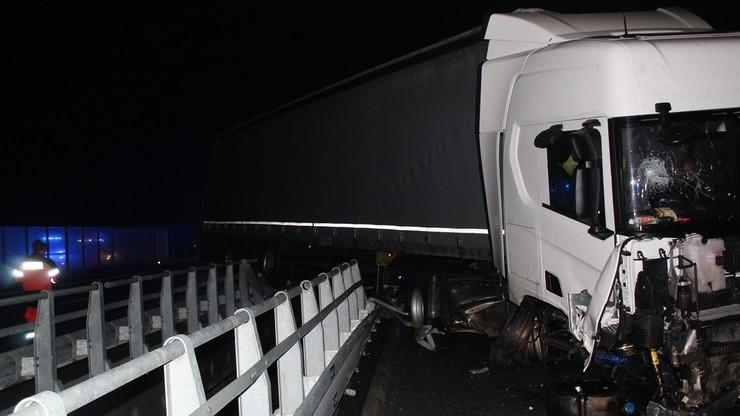 Uderzył w bariery na A1. Dwóch mężczyzn chciało pomóc, lecz spadli z wiaduktu