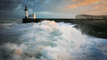 Huragan Amelie pozbawił we Francji prądu 140 tys. domów. Jedna osoba zaginęła