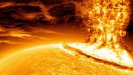 """Na Słońcu powstają gigantyczne tornada. """"W końcu wiemy, co je tworzy"""" [FILM]"""