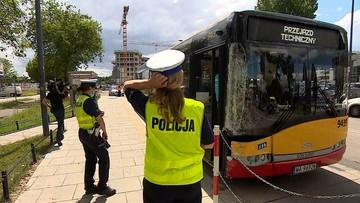 Wypadek autobusu w stolicy. Uderzył w zaparkowane auta