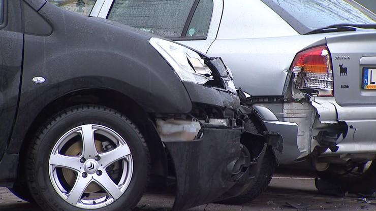 11 rozbitych aut. Kierowca bmw uciekł, zostawiając pijanego pasażera