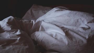 Złodziej schował się przed policją... w łóżku chorego seniora