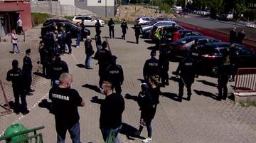 Pobici ochroniarze, fałszywi policjanci. Dramatyczne sceny przed budynkiem spółdzielni