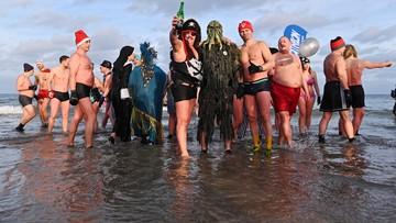 """Ponad 150 """"morsów"""" powitało Nowy Rok kąpielą w Bałtyku [ZDJĘCIA]"""