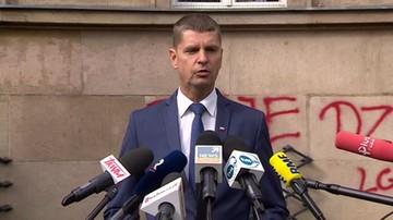"""Napis """"twoje dziecko LGBT+"""" na budynku MEN. Minister: profanacja dokonana przez grupę idiotów"""