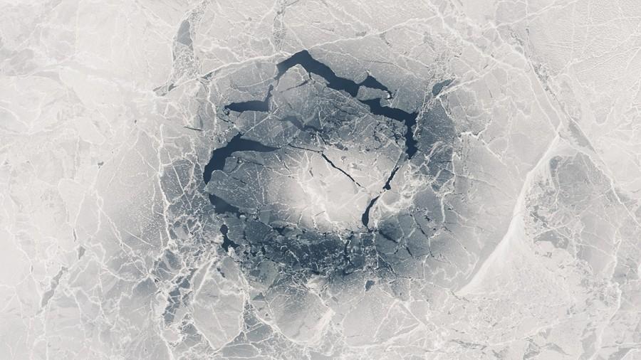 Pierścień w bajkalskim lodzie. Fot. NASA.