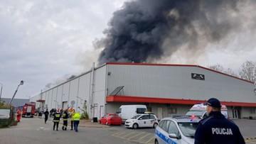 Pożar hali magazynowej w Warszawie. Zawaliła się część dachu