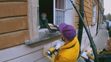 Seniorzy zamknęli się w domach. W pandemii pomagają im wolontariusze i Interwencja