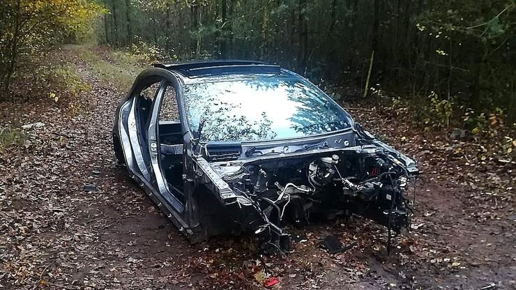 Rozkręcali luksusowego mercedesa w środku lasu. Zdradził ich nadajnik GPS
