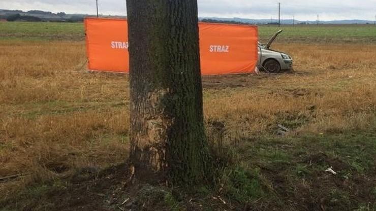 22-latek uderzył w drzewo. Jego dziadkowie zginęli na miejscu