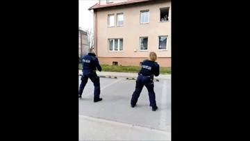 """Polski hit sieci! Policjanci tańczą """"Y.M.C.A."""" dla dzieci w kwarantannie"""