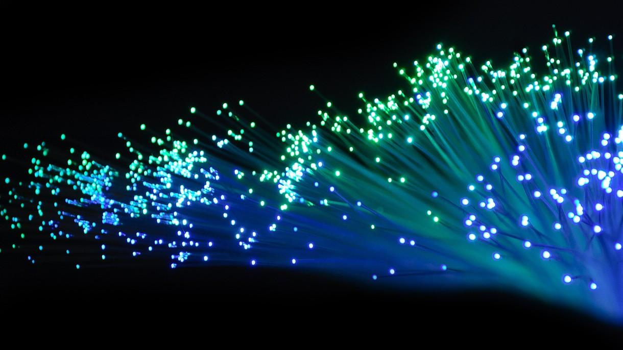 Światłowód w każdym domu, tańszy Internet i smartfony w obietnicach prezydenckiej kampanii