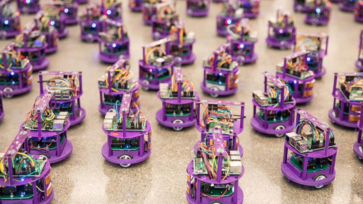 Rój autonomicznych robotów, który unika kolizji i stłuczek? Proszę bardzo!
