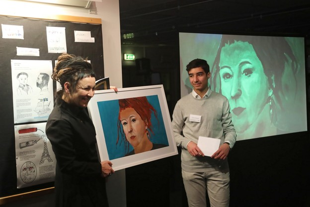 Tokarczuk otrzymała od uczniów własnoręcznie namalowany obraz.