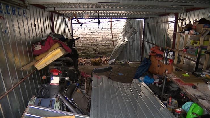 Zwłoki mężczyzny odnalezione w szczelinie za ścianą garażu. Miał na sobie strój domowy i kapcie