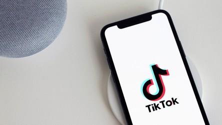 Amerykański rząd również rozważa zbanowanie TikToka, który szpieguje użytkowników
