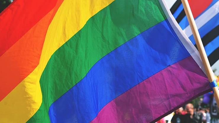 Tęczowe flagi na warszawskich pomnikach. Sprawą zajęła się prokuratura