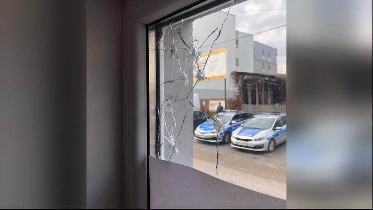 """""""Policzono ślady po kulach, jest ich ponad 70"""". Czarnecki o ataku na swoje biuro"""