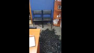 Górnicy wysypali węgiel w biurze wiceministra