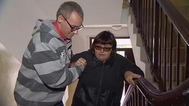 Niepełnosprawni chodzą po schodach, bo burmistrz nie zezwala na zamianę mieszkań