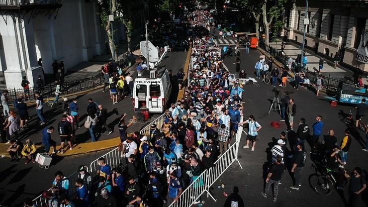 Argentyna: tysiące ludzi żegnają Maradonę. Wielkie czuwanie przy trumnie mistrza