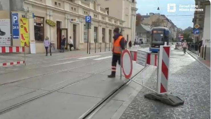 Krakowscy strażnicy bramki. Co chwila ją odsuwają, by pozwolić przejechać tramwajom [WIDEO]