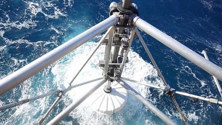 Te pływające platformy jednocześnie zbierają energię wiatru, słońca i fal