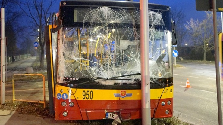 Kielce: autobus miejski uderzył w latarnię. Kierowca nie żyje