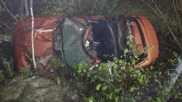 Pijany z odebranym prawem jazdy trafił autem między drzewa