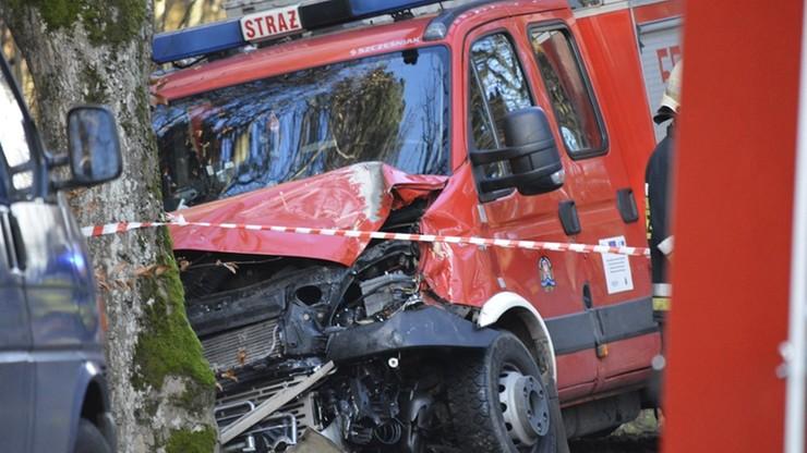 Pomorskie: wóz strażacki na sygnale zderzył się czołowo z oplem