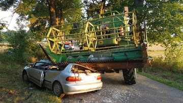 Kombajn zgniótł auto. Kierowca i pasażer wyszli o własnych siłach