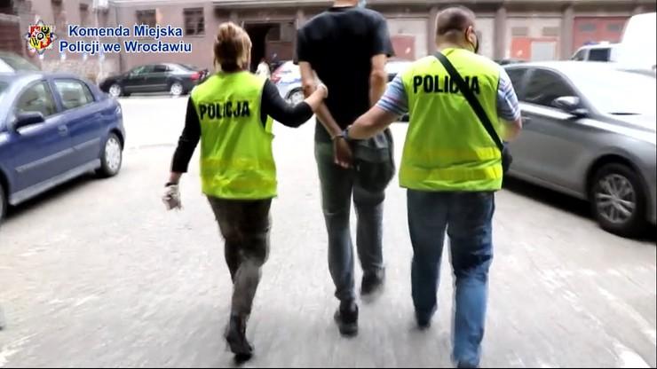 Policjant upomniał nastolatków w tramwaju. Został pobity
