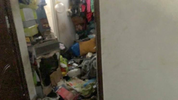 Trzy osoby, pies i stosy śmieci. Urzędnicy rozkładają ręce