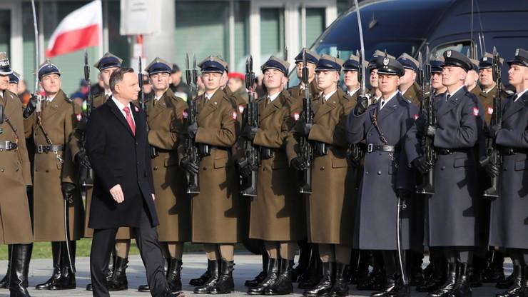 Prezydent Rzeczypospolitej Polskiej Andrzej Duda podczas uroczystej odprawy wart.