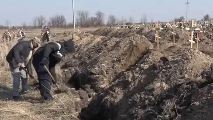 Władze kazały kopać groby, by nakłonić ludzi do siedzenia w domach