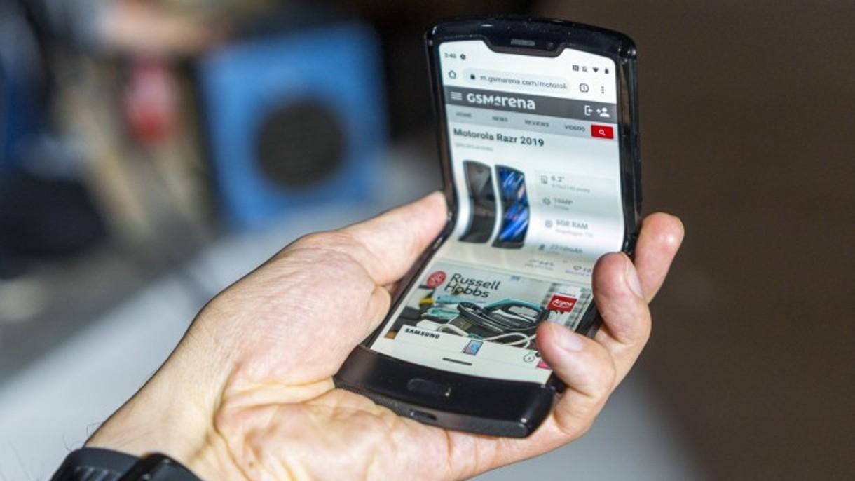 iFixit twierdzi, że Motorola Razr to najbardziej skomplikowany smartfon w historii (film)