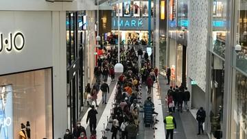 """Tłumy na otwarciu wielkiego centrum handlowego w Rzymie. """"Zapomnieli o koronawirusie"""""""