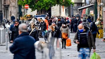 Neapolitańczycy nie boją się koronawirusa. Tłumy ludzi na ulicach