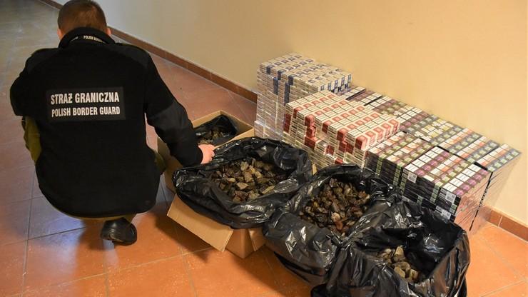 Ponad sto kilogramów bursztynu w czterech workach i 4 tysiące paczek papierosów nieśli na... plecach